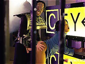 Alien prisoner demolishes Kiki Minaj's booty